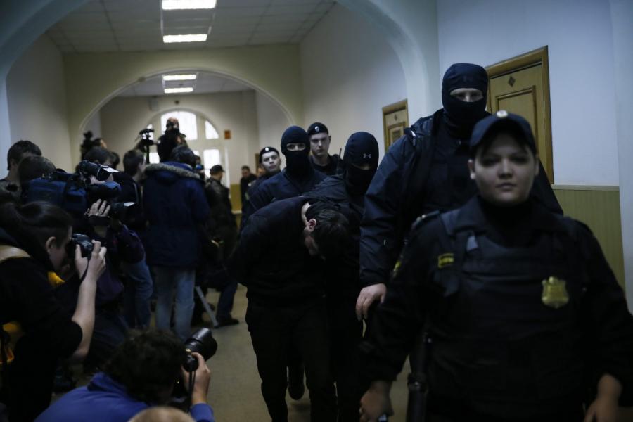 Domniemani zabójcy Niemcowa w eskorcie policji