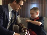 Życie jak film: Iron Man wręczył sztuczną rękę niepełnosprawnemu chłopcu [ZDJĘCIA]