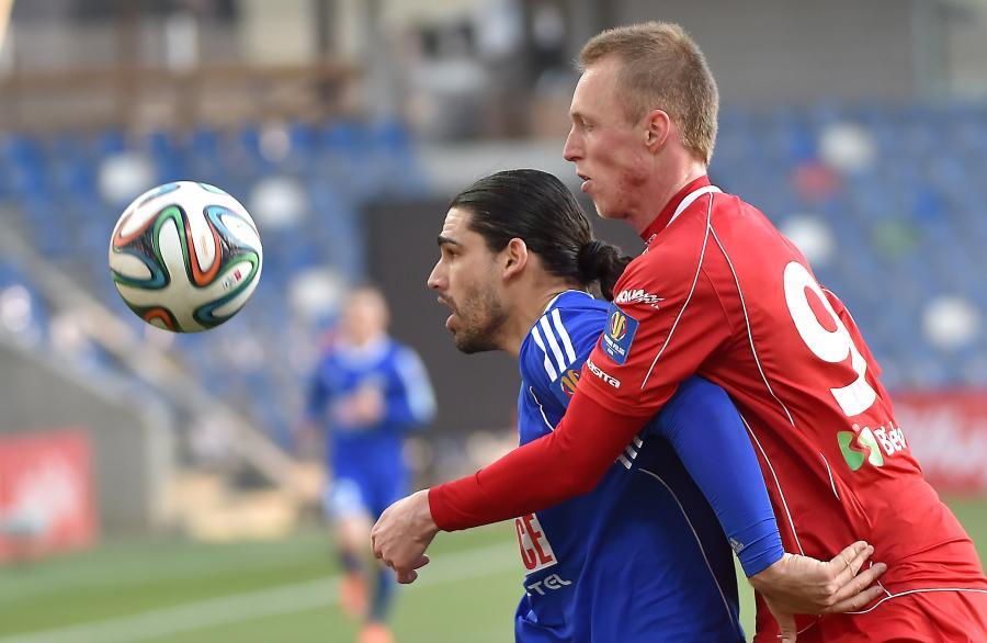 Zawodnik Podbeskidzia Bielsko-Biała Kristian Kolcak (P) walczy o piłkę z Rubenem Jurado (L) z Piasta Gliwice podczas rewanżowego meczu ćwierćfinałowego Pucharu Polski