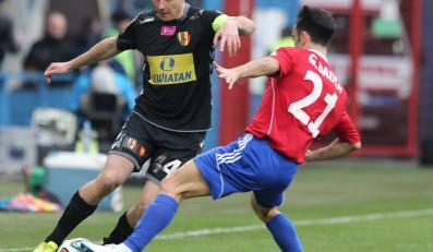 Zawodnik Piasta Gliwice Gerard Badia (P) w starciu o piłkę z Pawłem Golańskim z Korony Kielce podczas meczu 25. kolejki T-Mobile Ekstraklasy