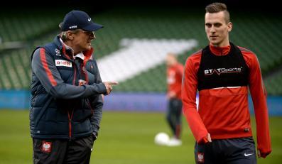 Piłkarz reprezentacji Polski Arkadiusz Milik (P) i selekcjoner kadry Adam Nawałka (L) podczas treningu drużyny w Dublinie