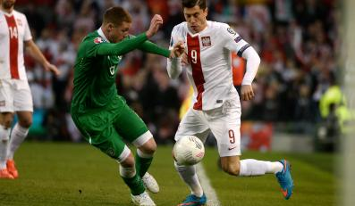 Robert Lewandowski walczy o piłkę z Irlandczykiem Jamesem McCarthy'm podczas meczu eliminacyjnego mistrzostw Europy w Dublinie