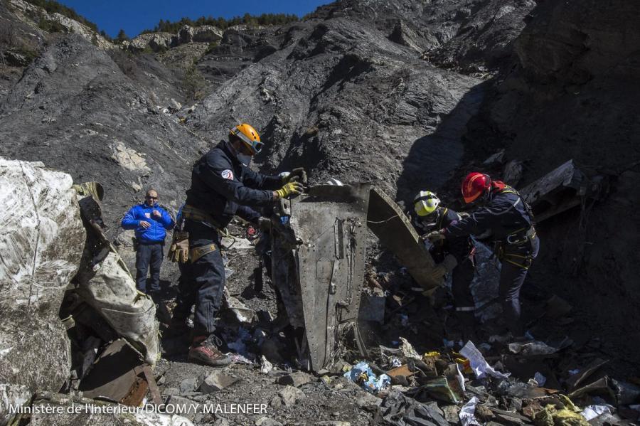 Ekipa poszukiwawcza na miejscu katastrofy