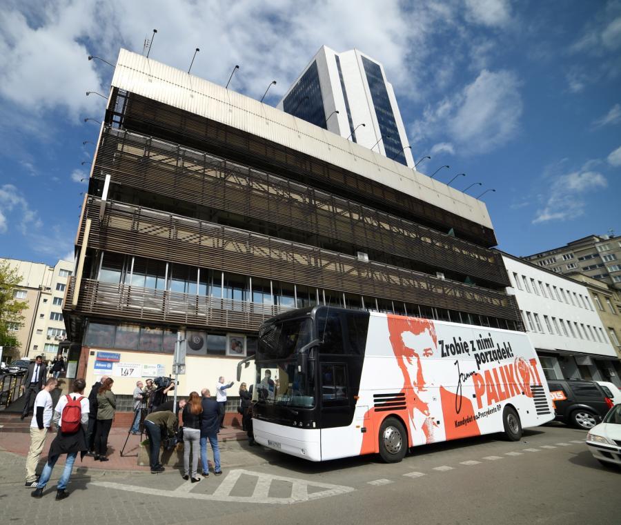 Autobus Janusza Palikota przed siedzibą PiS