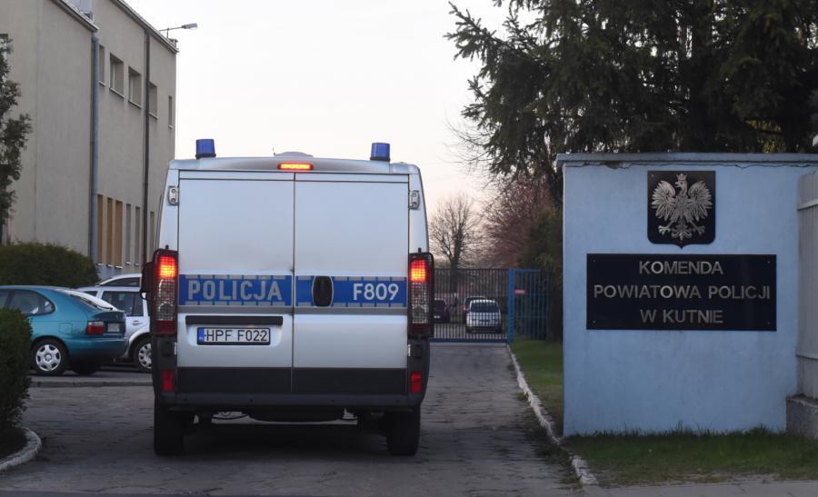 Radiowóz policyjny przed komendą policji w Kutnie