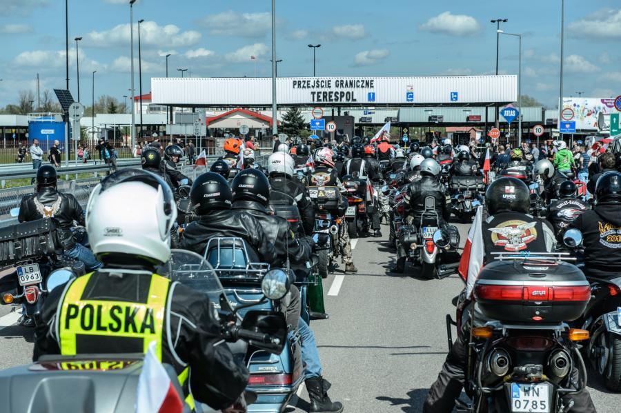 Grupa polskich motocyklistów związanych z Rajdem Katyńskim w Terespolu