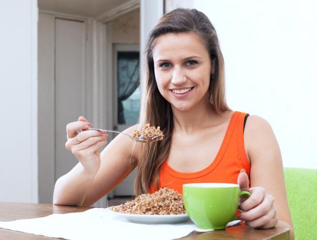 Kobieta jedząca kaszę