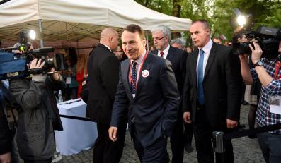 Marszałek Sejmu Radosław Sikorski podczas wieczoru wyborczego w sztabie Bronisława Komorowskiego w Warszawie