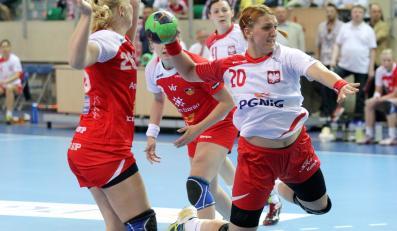 Polka Joanna Drabik (P) mija Sunnę Jonsdottir (L) z Islandii podczas meczu towarzyskiego piłkarek ręcznych w Elblągu