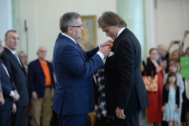 Bronisław Komorowski wręcza odznaczenia