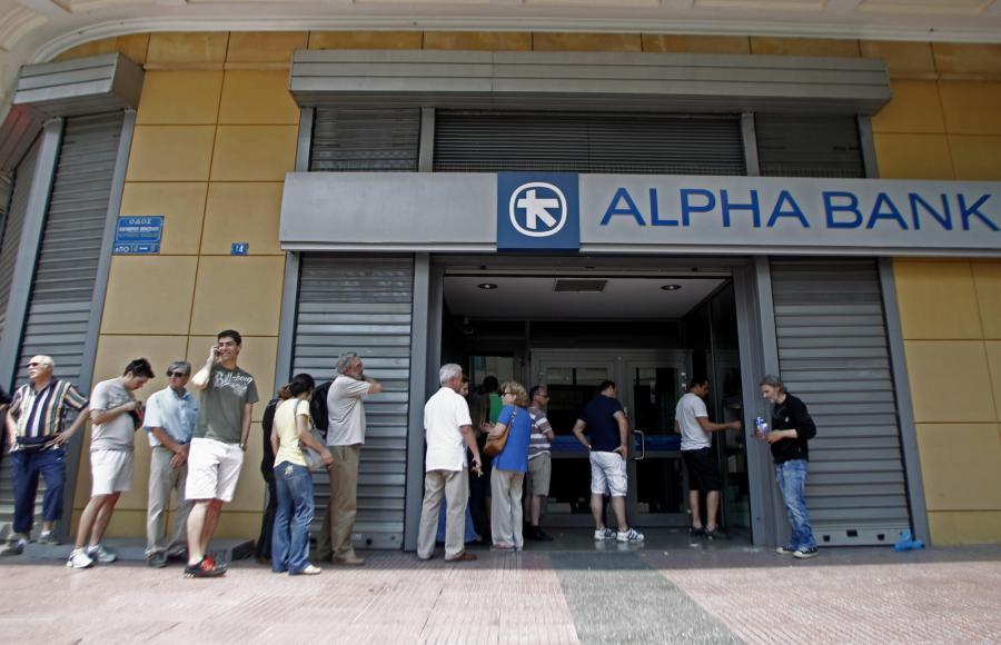 Grecy w kolejce przed placówką Alpha Bank, Ateny