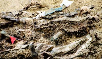 Masowy grób ofiar w Srebrenicy