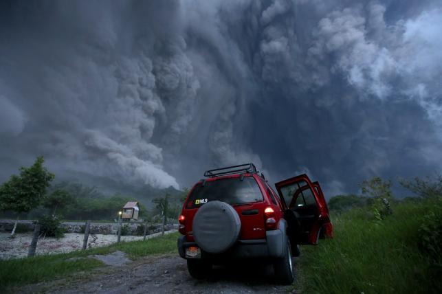 Chmura pyłu po wybuchu wulkanu Colima w Meksyku