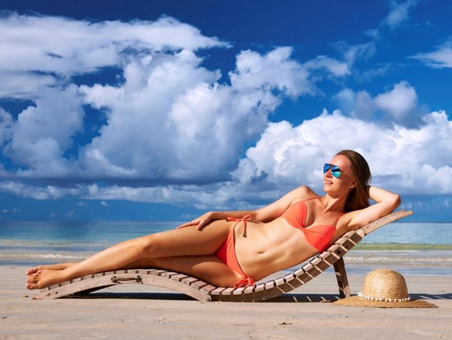 Kobieta w stroju kąpielowym na plaży