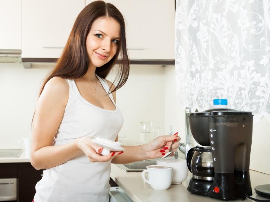 Kobieta przygotowująca kawę