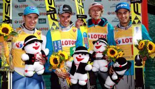 Na podium (od lewej): Kamil Stoch, Piotr Żyła, Dawid Kubacki i Maciej Kot. Polska wygrała 31 bm. konkurs drużynowy Letniego Grand Prix w skokach narciarskich w Wiśle Malinc