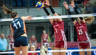 Polki Maja Tokarska (C) i Anna Frejman (P) blokują po ataku Holenderki Anne Buijs (L) podczas finałowego meczu Final Four II Dywizji FIVB World Grand Prix 2015 siatkarek w Lublinie