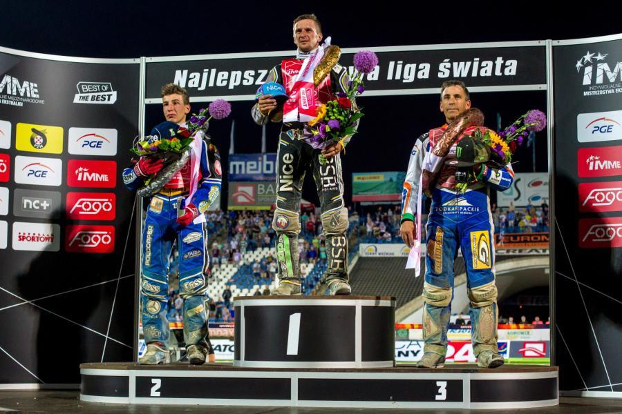 Żużlowcy na podium. Rosjanin Grigorij Łaguta (C) wygrał 2 bm. w Lesznie indywidualne międzynarodowych mistrzostw Ekstraligi na żużlu. W finale pokonał Piotra Pawlickiego (L) oraz Grega Hancocka