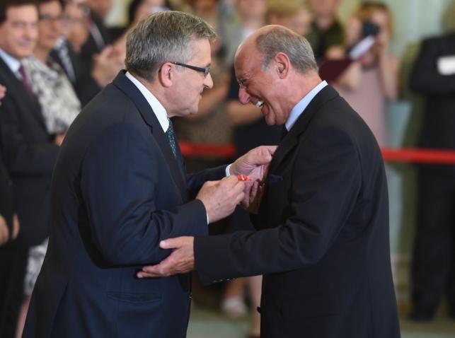 Bronisław Komorowski i Piotr Fronczewski, odznaczony Krzyżem Oficerskim Orderu Odrodzenia Polski za zasługi w pracy twórczej i działalności artystycznej