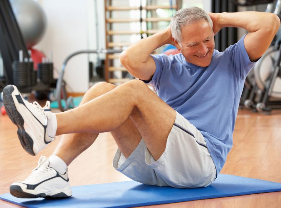 Starszy mężczyzna ćwiczy