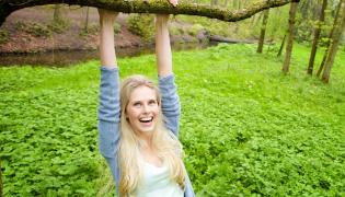 Kobieta wspina się na drzewo
