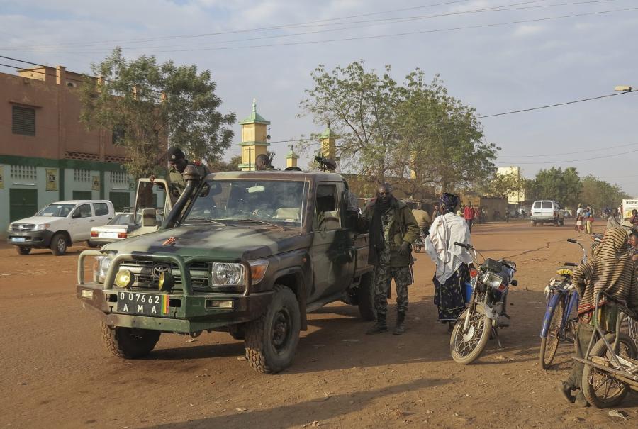 Patrol na przedmieściach miasta Sevare w Mali