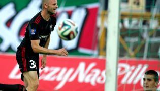 Piłkarz Górnika Zabrze Bartosz Iwan (L) cieszy się z gola podczas meczu 1/16 finału Pucharu Polski z Zagłębiem Sosnowiec