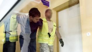 Doprowadzenie zabójcy dziecka, Samuela N. na przesłuchanie w komisariacie policji w Kamiennej Górze