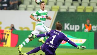 Piłkarz Lechii Gdańsk Lukas Haraslin (L) pokonuje bramkarza Górnika Łęczna Silvio Rodica (P) podczas meczu polskiej Ekstraklasy