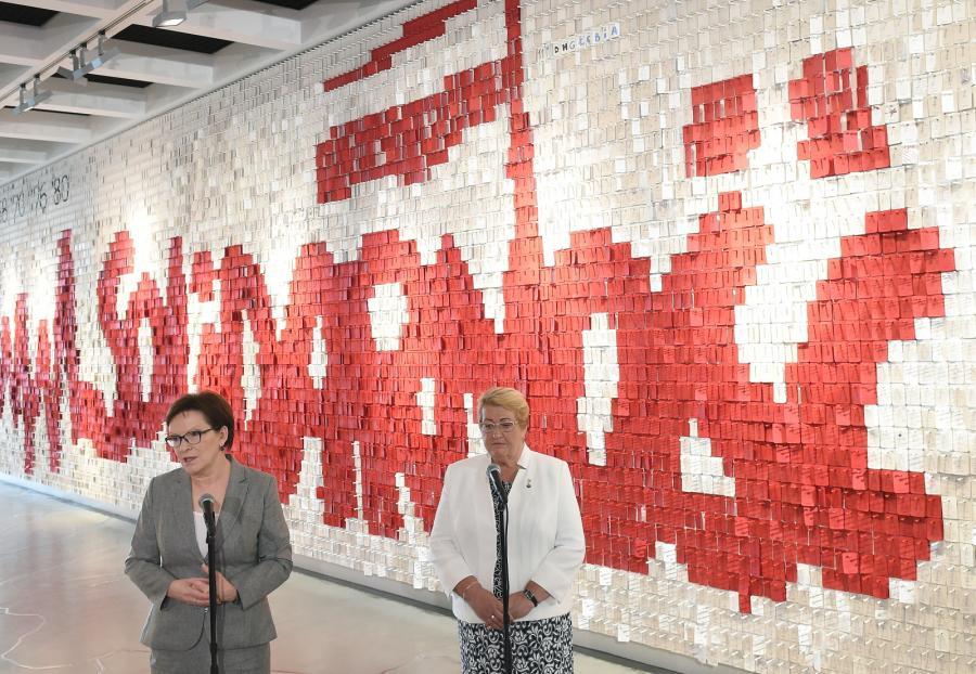 Premier Ewa Kopacz i działaczka opozycji w okresie PRL Henryka Krzywonos-Strycharska podczas wspólnej konferencji prasowej, po zwiedzaniu wystawy w Europejskim Centrum Solidarności w Gdańsku