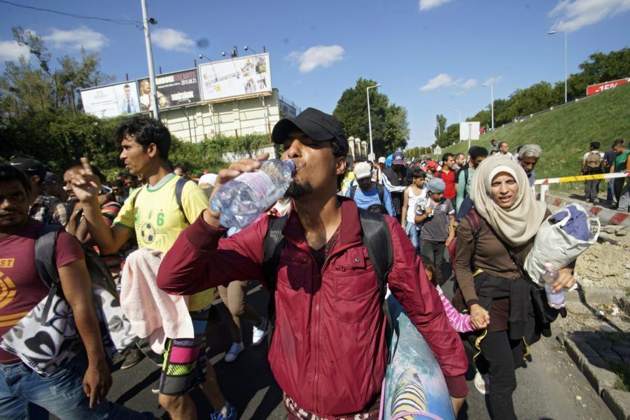 Imigranci opuszczają Budapeszt i idą w stronę Wiednia
