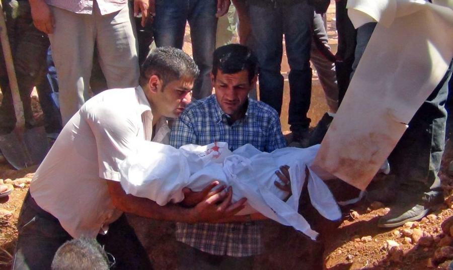 Abdullah Kurdi składa do grobu ciało swego syna, Aylana