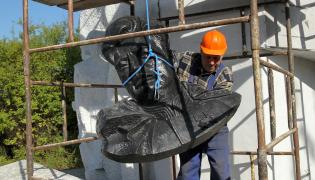 Rozbiórka pomnika w Pieniężnie