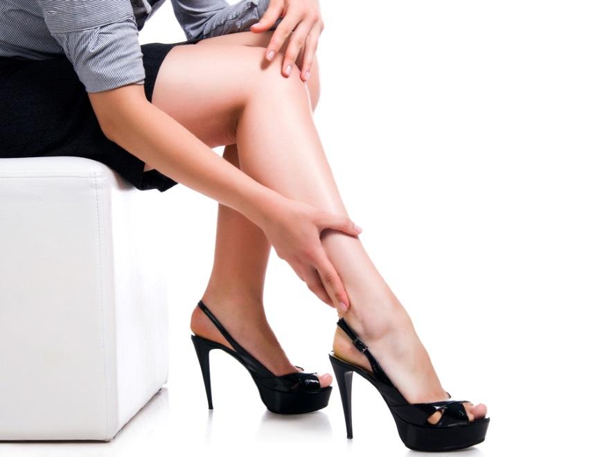 Kobieta dotykająca nóg