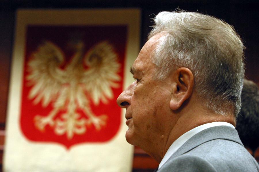 """Czesław Kiszczak w 2004 roku przed sądem, w procesie o przyczynienie się do śmierci 9 górników w czasie pacyfikacji kopalni """"Wujek"""" w 1981 roku"""