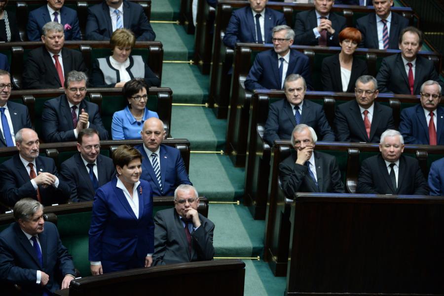 Desygnowana na premiera Beata Szydło (2L) składa ślubowanie poselskie