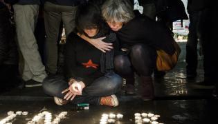 Mieszkańcy Paryża zapalają znicze na placu Republiki