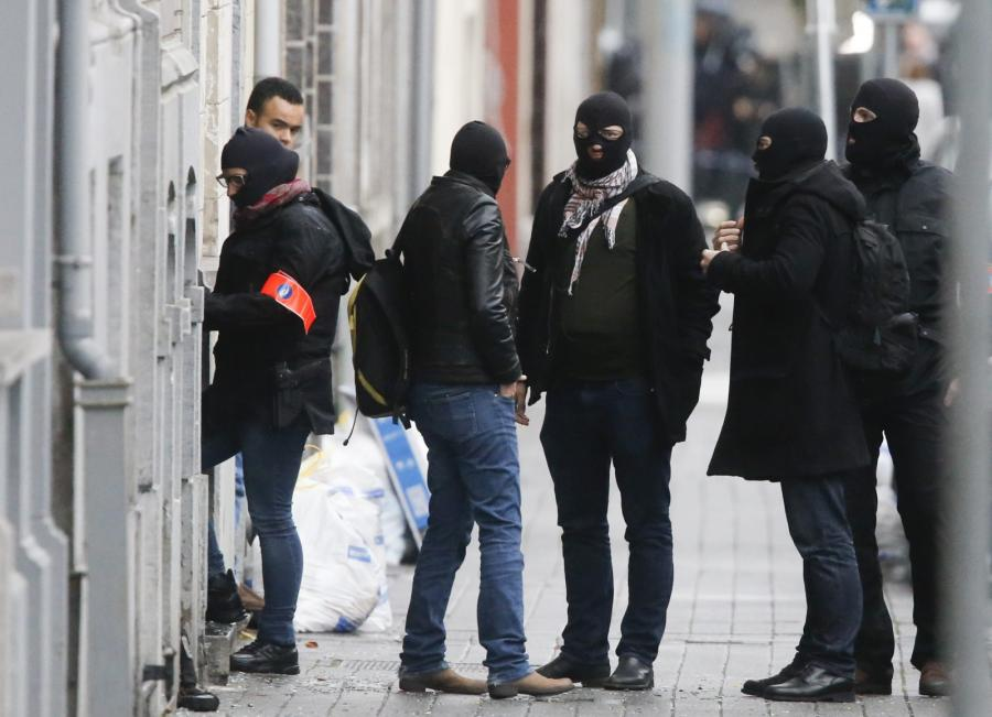 Policjanci w dzielnicy Molenbeek w Brukseli
