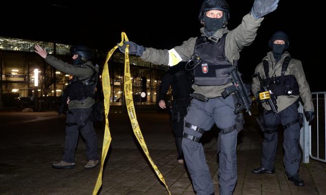 Bomba i groźba zamachu na stadionie w Hanowerze? Tak ewakuowano kibiców. ZDJĘCIA