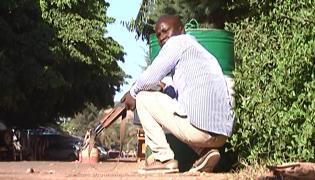 Uzbrojony oficer po cywilnemu zajmuje pozycję przy hotelu zajętym przez terrorystów
