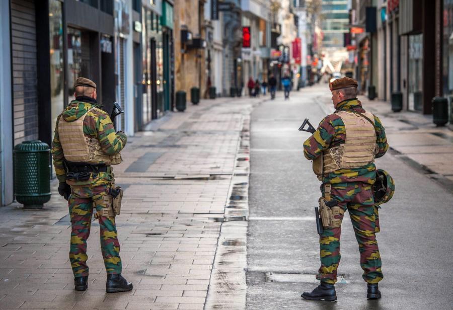 Patrol wojskowy na ulicy Brukseli. Poziom alarmu terrorystycznego podniesiono do maksimum