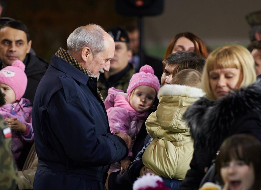 Minister obrony narodowej Antoni Macierewicz wśród uchodźców polskiego pochodzenia ze wschodniej Ukrainy
