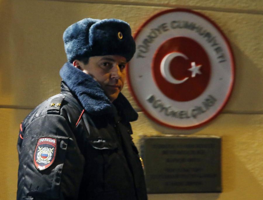 Policjant przed ambasadą Turcji w Moskwie