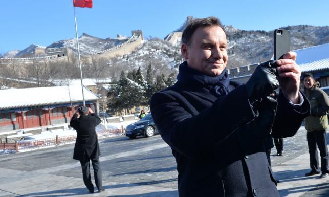 Prezydent Duda i egzotyczna limuzyna za ponad 3 mln zł! Czerwony sztandar i luksus. ZDJĘCIA