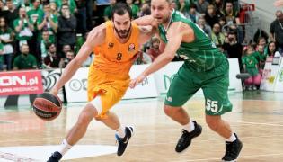 Koszykarz Stelmetu BC Zielona Góra Łukasz Koszarek (P) goni Pau Ribasa (L) z FC Barcelona podczas meczu grupy C Euroligi