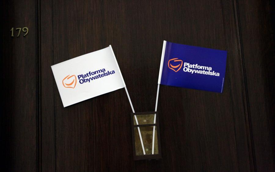 Flagi z logo Platformy Obywatelskiej