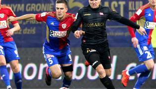 Zawodnik Piasta Gliwice Marcin Pietrowski (L) walczy o piłkę z Pawłem Jaroszyńskim (P) z Cracovii podczas meczu polskiej Ekstraklasy