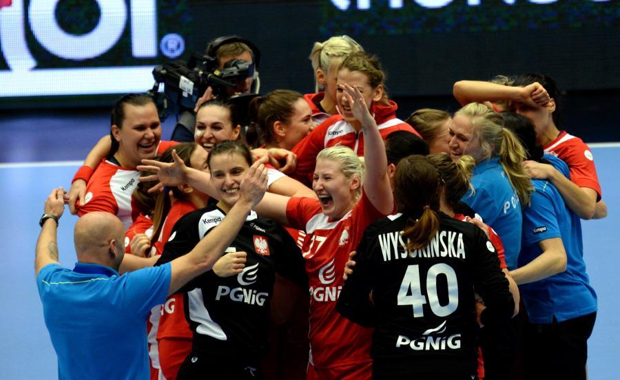 Polki z trener reprezentacji Kimem Rasmussenem (L) cieszą się ze zwycięstwa po meczu 1/8 finału mistrzostw świata piłkarek ręcznych z Węgrami