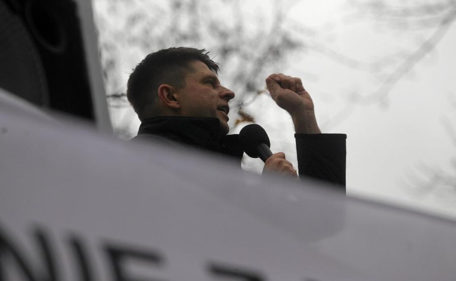 Ryszard Petru przemawia na wiecu Komitetu Obrony Demokracji