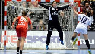 Anna Wysokińska (C) broni po rzucie Rosjanki Anny Vyakherevej (P) podczas meczu ćwierćfinałowego mistrzostw świata piłkarek ręcznych w duńskim Herning
